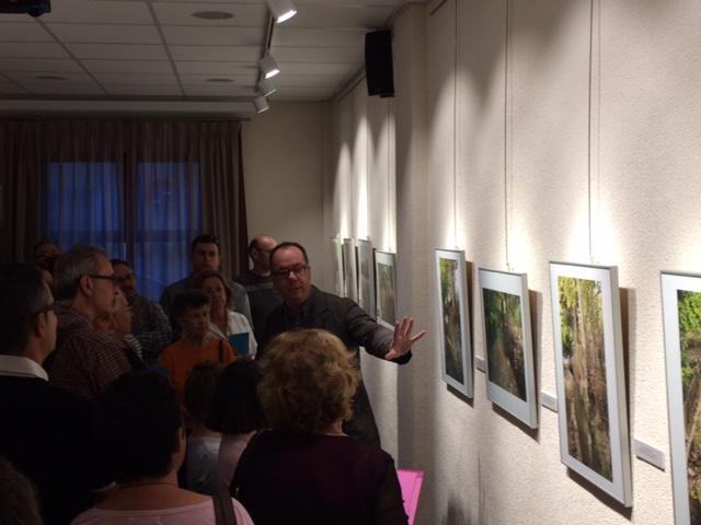 Tomás García describe los datos más característicos de las fotografías y sus anédotas