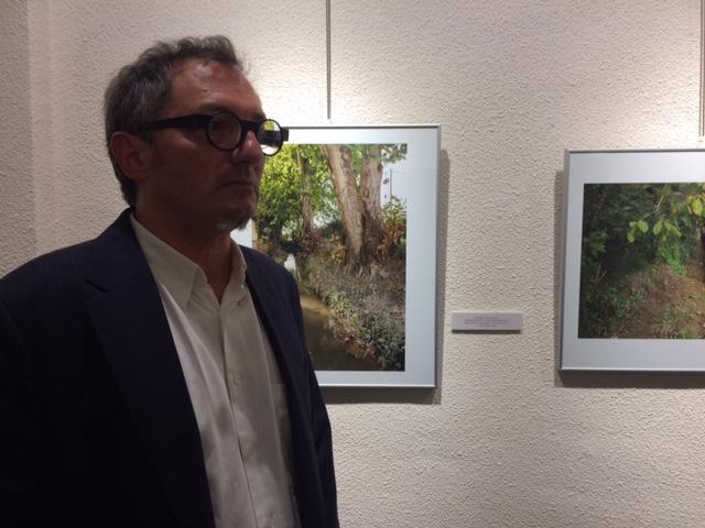 Frédéric Volkringer frente a algunas de sus fotografías