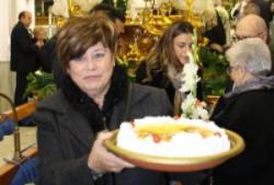 mujer-entregando-tortada 1